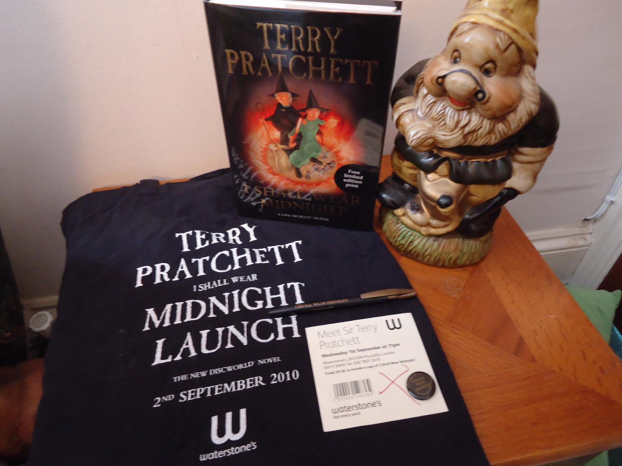 I SHALL WEAR MIDNIGHT+++A SUPERB SIGNED AND STAMPED UK HARDBACK+++PLUSLIMITED EDITION PRINT+ BAG+PEN+BADGE AND EVENT TICKET+++FIRST EDITION FIRST PRINT+++ - TERRY PRATCHETT (SIGNED AND STAMPED PLUS EXTRAS)